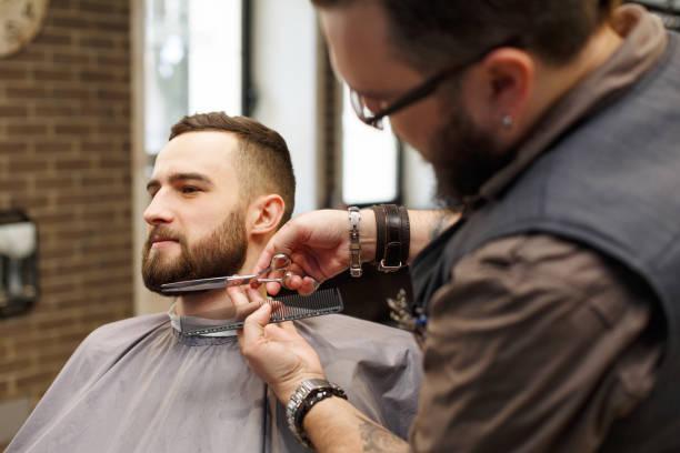 barba corta y bigote largo
