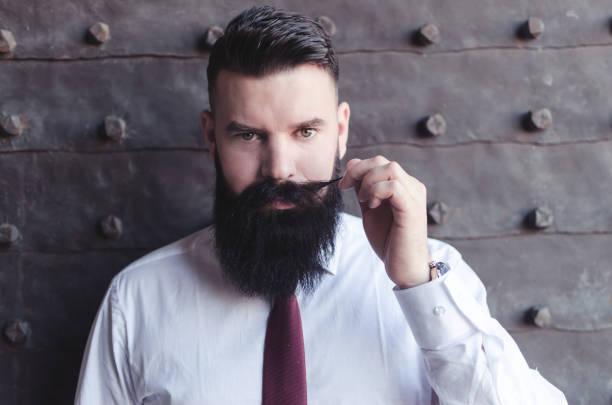 barba larga y pelo largo