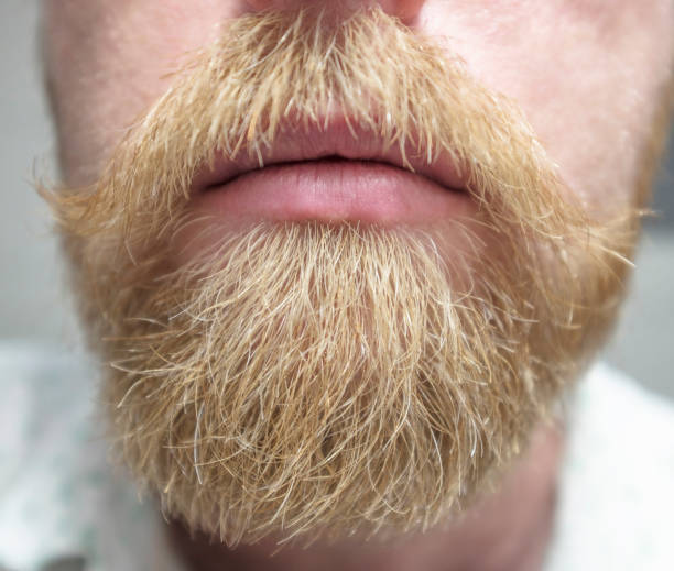 barba rubia pelo negro